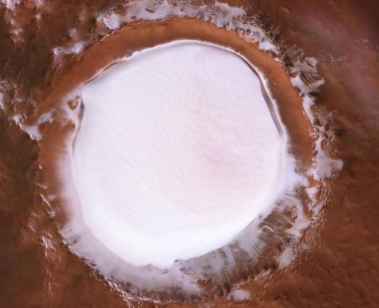El cràter Korolev fa 82 km d'ample i està situat al costa d'un camp de dunes