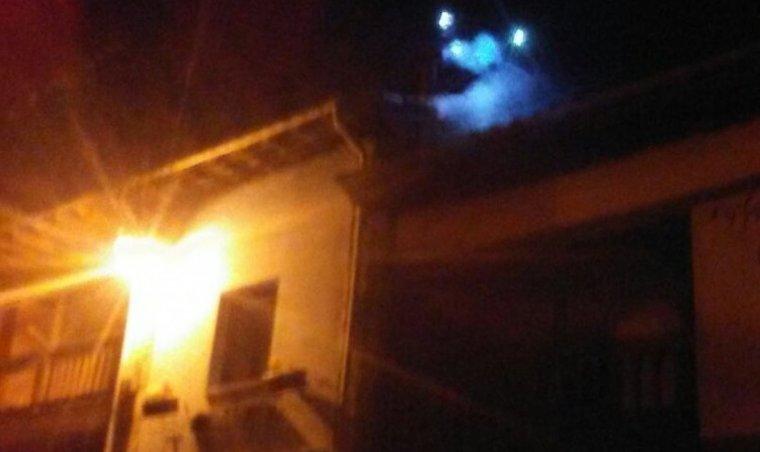 El fuego se ha producido en el tejado de madera de la vivienda