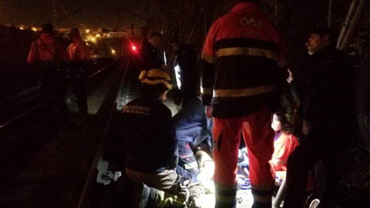 El herido siendo atendido por los equipos de emergencia