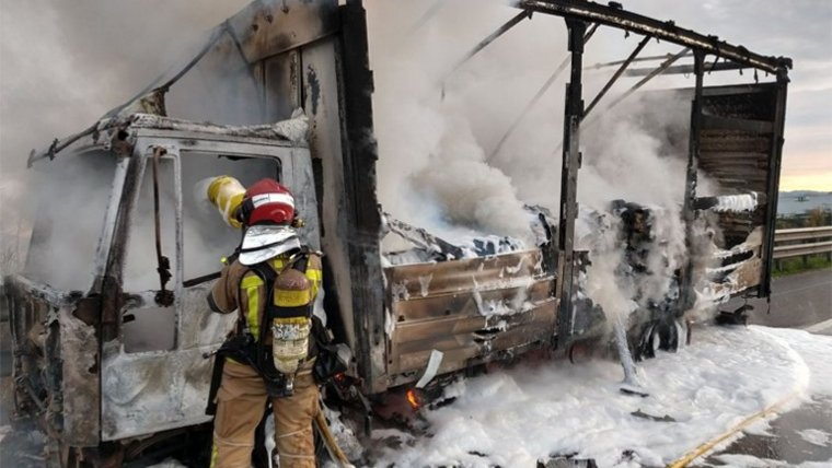 El camió va cremar completament com a conseqüència de l'incendi