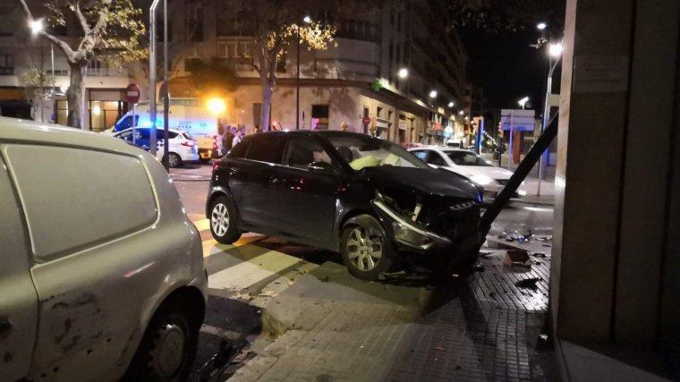 El vehicle ha quedat destrossat per la part davantera després del xoc.