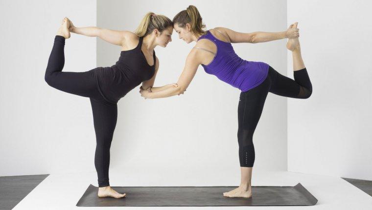 Posturas De Yoga En Pareja Beneficios Y Posiciones Para Dos