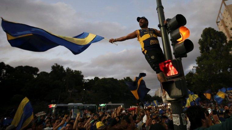 Els aficionats del Boca Juniors acomiaden el seu equip abans de viatjar a Madrid.