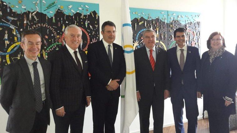 Els de les quatre diputacions catalanes amb els màxims representants del COI, després de reunir-se.