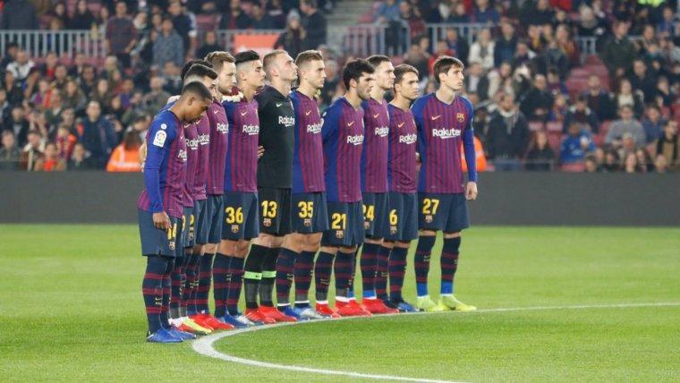 Els jugadors del Barça, durant el minut de silenci en record a Núñez.