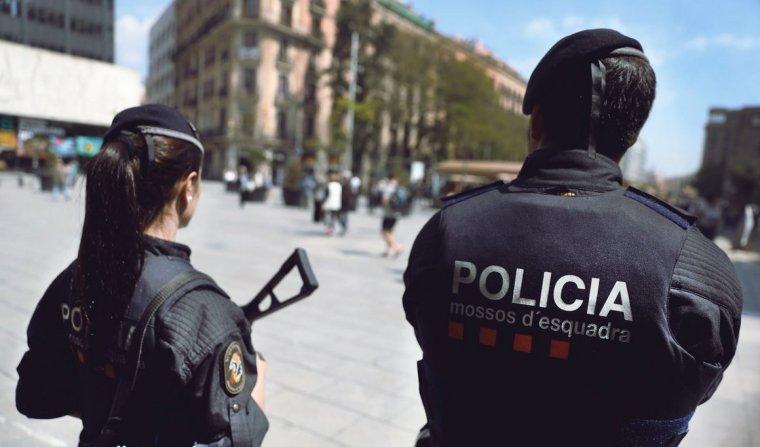 Agents dels Mossos d'Esquadra fent prevenció antiterrorista a la zona centre de Barcelona.