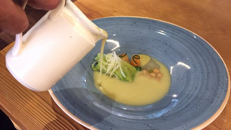 Escudella vegetal amb farcellets de col i llegums