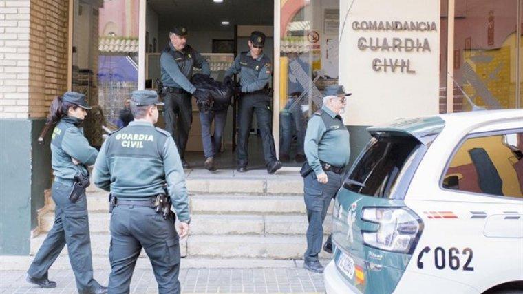 Imagen de Bernardo Montoya abandonando la Comandancia de la Guardia Civil.