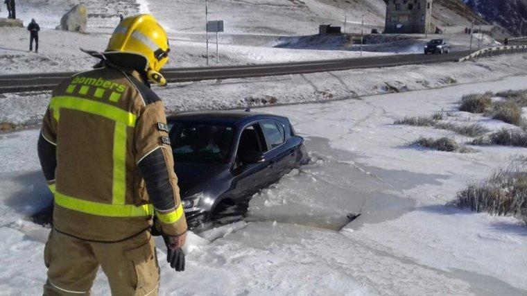Imatge del vehicle atrapat al gel a la zona del costat de la C-28