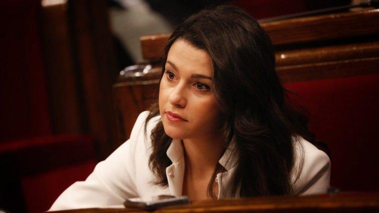 Inés Arrimadas escoltant el discurs de Quim Torra.