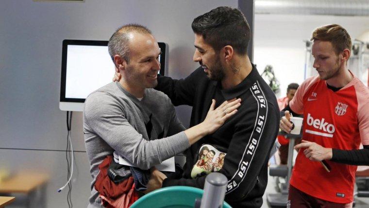 Iniesta visita el Barça abans del partit contra el Tottenham.