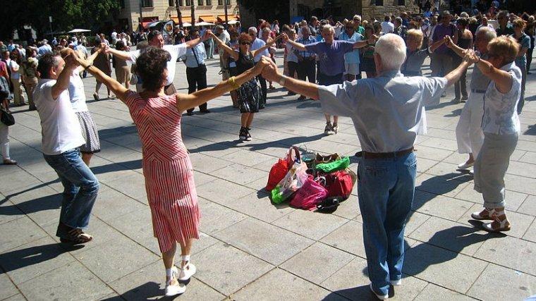 La sardana continua éssent un ball tradicional pel que sembla que no passa el temps