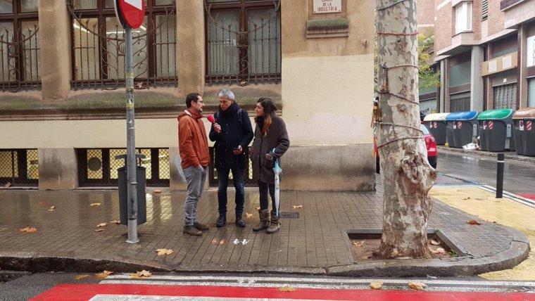 L'Albert Om conversant amb els pares del menor que va patir el tràgic accident