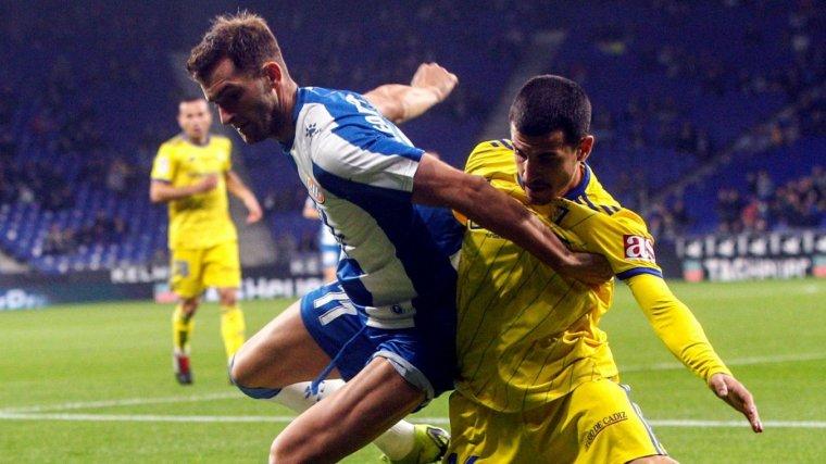 Leo Baptistao lluita per una pilota amb un dels defenses del Cadis
