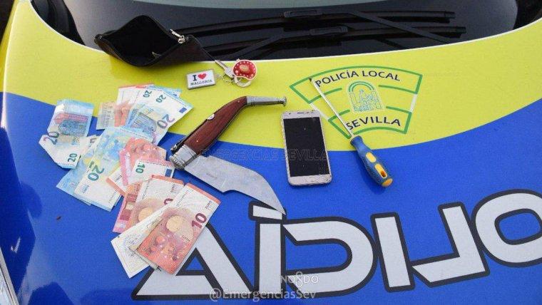 Los objetos que encontraron los agentes tras inspeccionar el vehículo fugado