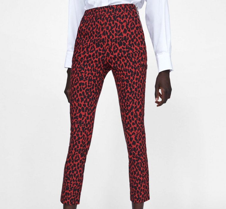 chicfy pantalón rojo estampado animal zara