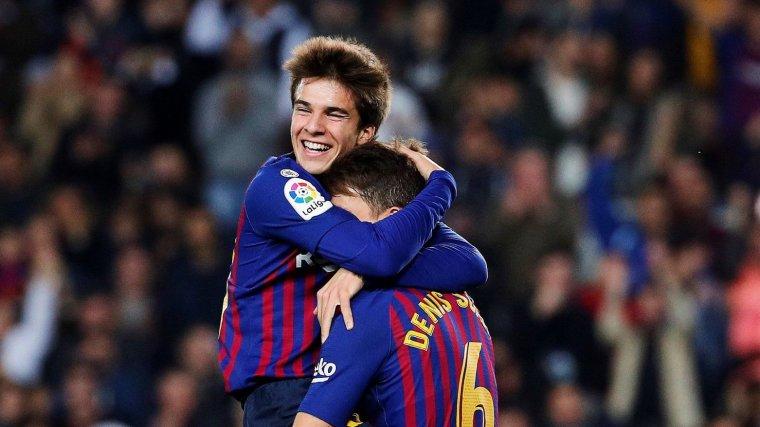 Riqui Puig celebra amb Denis el gol on ha exercit d'assistent