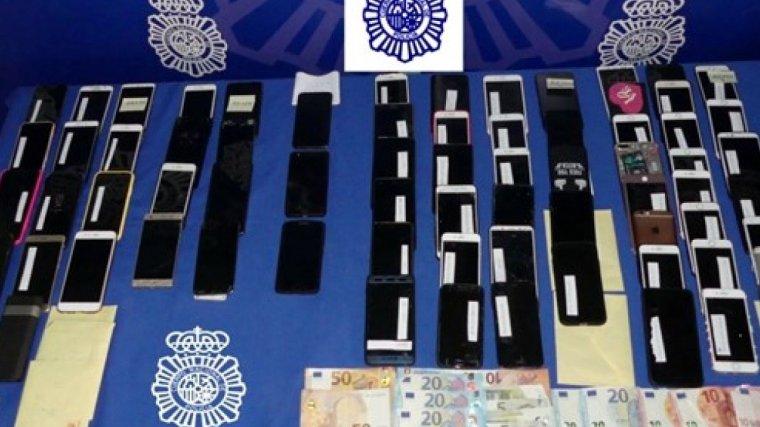 Se han incautado 22 pastillas de éxtasis preparadas para la venta, 660 euros en metálico y 74 teléfonos móviles