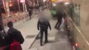 Agentes de la Policía Local la desalojaron por la fuerza recibir el aviso del conductor