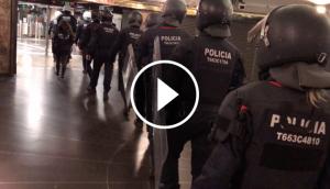 Agents de l'ARRO i de l'USP entren al subsòl de plaça de Catalunya per desallotjar els manters.