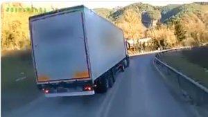 Camió avançant incorrectament a l'N-230 al Pont de Suert