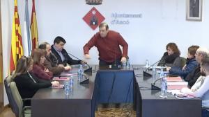 Captura del moment en què l'alcalde d'Ascó, Josep Maria Buixeda, fa volar l'ampolla cap al regidor no adscrit, Jordi Jaimot