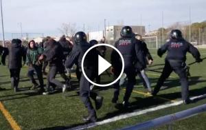 Càrregues dels Mossos contra militants de l'esquerra independentista que s'han manifestat contra Vox a l'Hospitalet de Llobregat.