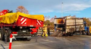 Crema un camió a l'autopista