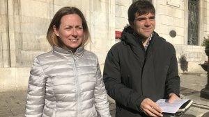 Cristina Guzmán i Dídac Nadal, regidors del PDECat a Tarragona, aquest dimecres en la presentació de la moció per al proper ple.