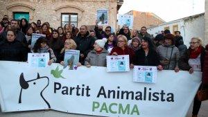 Desenes de manifestants s'han concentrat per la mort d'un cadell abatut per la Policia Local de Calafell