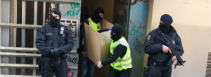 Dos agents dels Mossos amb el material intervingut en una operació terrorista.