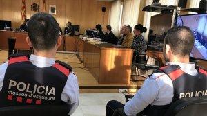 Dos agents dels Mossos vigilant el detingut, Abderrahmane Hammou, durant el judici contra ell.