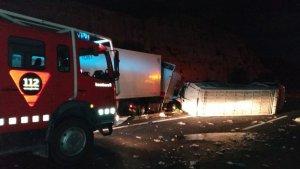 Dos camions han xocat a l'AP-7 a l'Hospitalet de l'Infant.