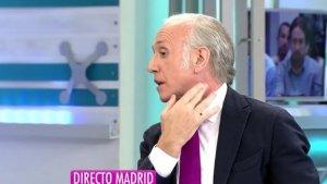 Eduardo Inda señalando las marcas en el cuello