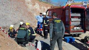 Efectivos de emergencias tratan de rescatar al pequeño