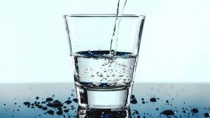 El agua alcalina es beneficios por sus propiedades antiácidas y antioxidantes.