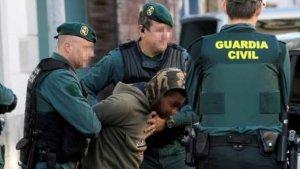 El autor del asesinato siendo detenido por la Guardia Civil