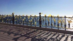 El Balcó del Mediterrani de Tarragona, ple de llaços grocs aquest dimarts.