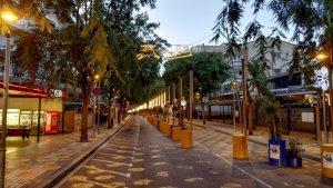 El carrer de Carles Buïgas de Salou, una de les artèries comercials de la vila a l'estiu, buida una tarda de desembre.