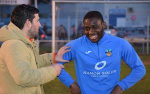 El nou jugador amb l'entrenador del Lleida Esportiu