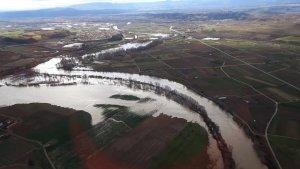 El río Ebro ya crecido y desbordandose en su zona inundable, en Lodosa, Navarra