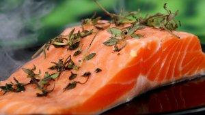 El salmón es uno de los pescados que nos ayudan a obtener una gran cantidad de colágeno.