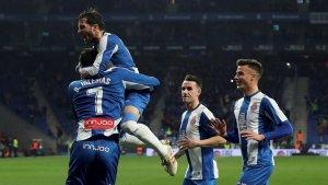 Els futbolistes de l'Espanyol celebren el primer gol de Borja Iglesias