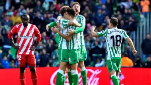 Els jugadors del Betis celebren un dels gols tres gols que han marcat contra el Girona.