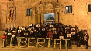 Els manifestants es van aplegar rere una pancarta amb el lema «Llibertat».