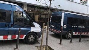 Furgonetes dels Mossos d'Esquadra a la plaça dels Germans Serra del districte de Sant Martí
