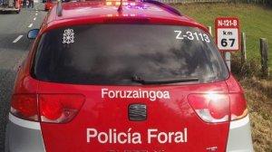 Imagen de la Policía Foral de Navarra atendiendo un accidente de tráfico en una carretera.