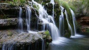 Imagen de la surgencia de un acuífero de aguas subterráneas