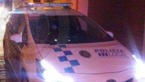 Imatge de la dotació de Policia Local i dels Bombers que van acudir fins al lloc de l'incident.