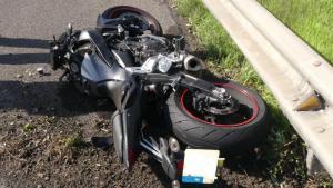 Imatge de la moto que el conductor del vehicle va tirar a terra a la B-20.